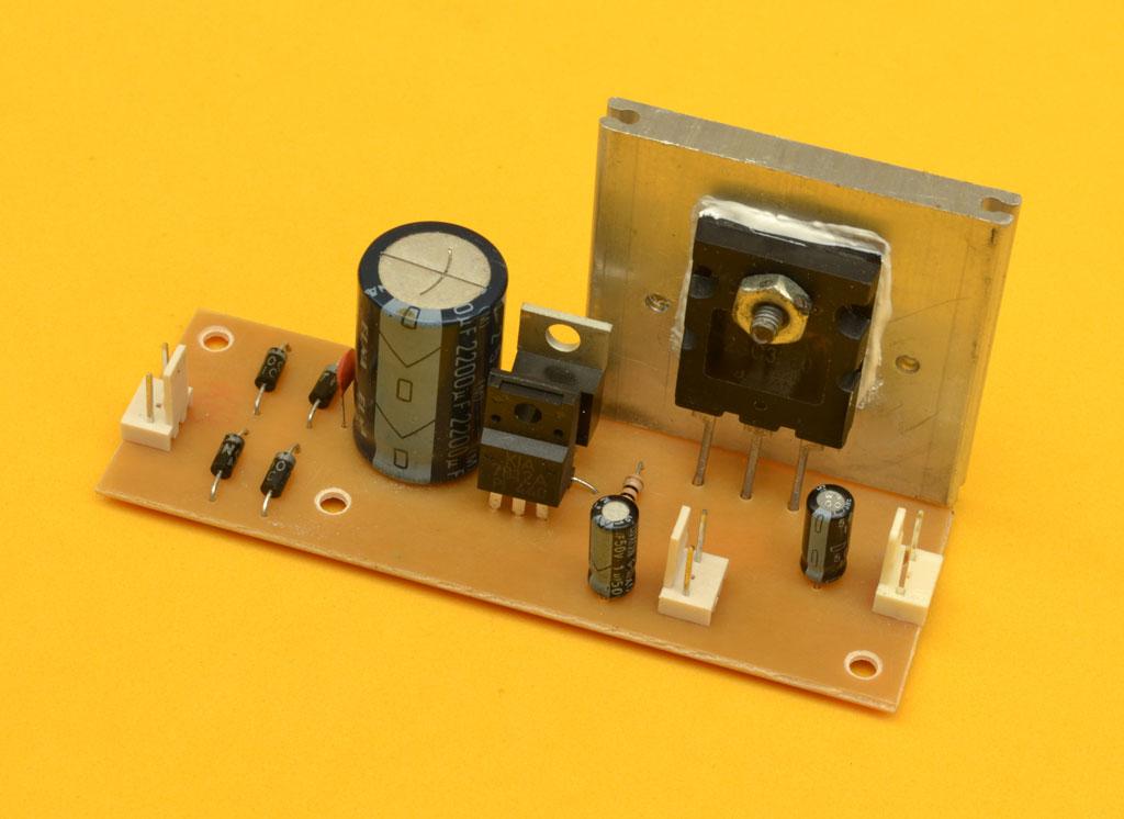 Circuito Transistor : Fuente regulada de alta corriente con transistor adicional